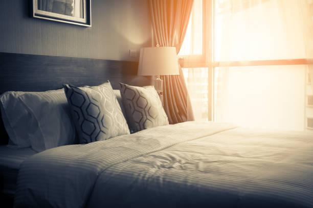 maison de belle conception avec doux oreiller confortable sur le lit dans la chambre à coucher - hôtel photos et images de collection