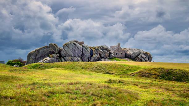 Maison entre les rochers dans le village de Meneham, Kerlouan, Finistère, Bretagne (Bretagne), France - Photo