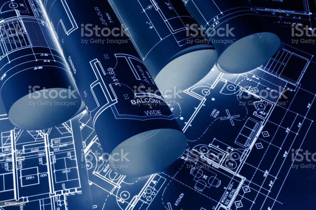 Haus Baupläne, blaue Druckstil Grundrisse auf Architekten Schreibtisch, Bauplan eines Hauses aus einem hohen Winkel, technische Zeichnungen, Baupläne und Haus Plan Baupläne aufgerollt – Foto