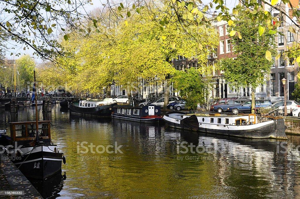Casa de barco ao longo do canal em Amsterdã, Holanda - foto de acervo