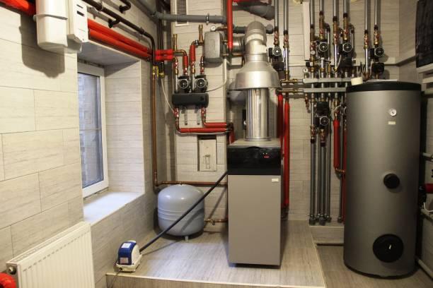 hus panna, varmvattenberedare, expansionskärl och andra rör. newmodern oberoende värmesystem i pannrummet - feber bildbanksfoton och bilder