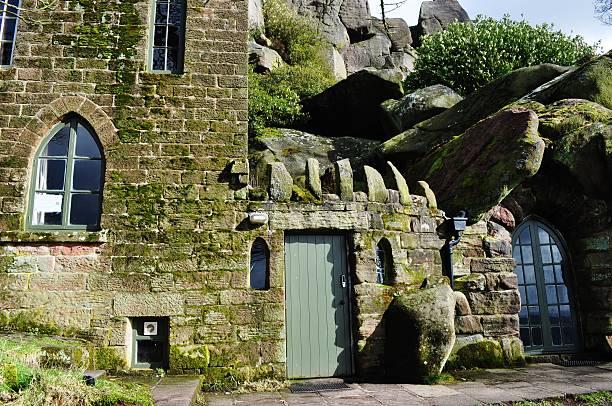 haus gebaut auf den rock mountain stolzer roaches staffordshire cottage - hobbit häuser stock-fotos und bilder