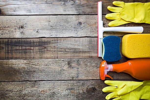 house reinigungsmittel auf alten holz-tisch - hausarbeit stock-fotos und bilder