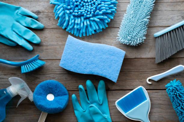 huis schoonmaken product op houten tafel, blue equipment concept - schoonmaakapparatuur stockfoto's en -beelden