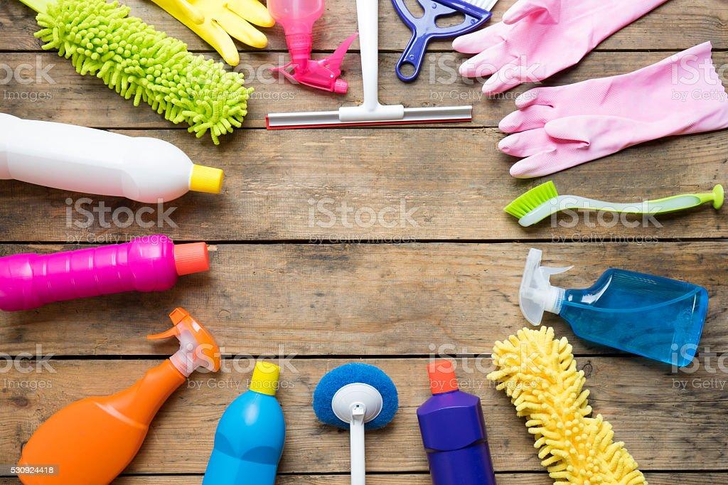 Haus Reinigungsmittel auf Holz Tisch – Foto