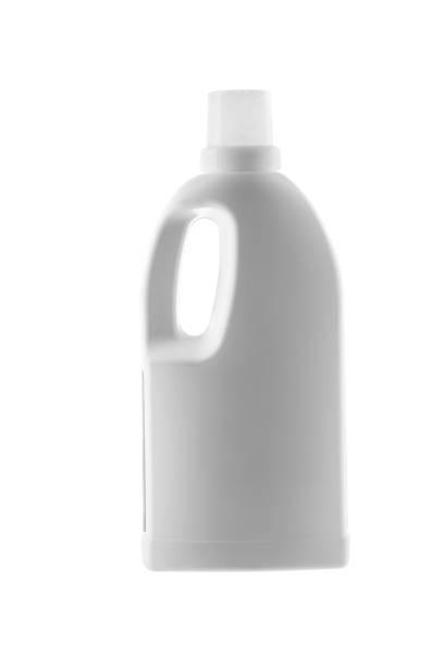 haus-reinigungs-produkt. kunststoff-flasche mit reinigungsmittel isoliert auf weißem hintergrund - backofenfenster reinigen stock-fotos und bilder