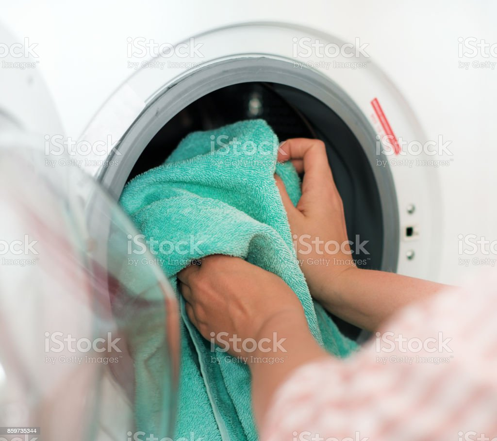 Nettoyage De La Machine À Laver photo libre de droit de maison de nettoyage femme mettant la serviette À la  machine À laver banque d'images et plus d'images libres de droit de {top