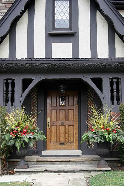 house eingang mit weihnachtsdekoration - deko hauseingang weihnachten stock-fotos und bilder