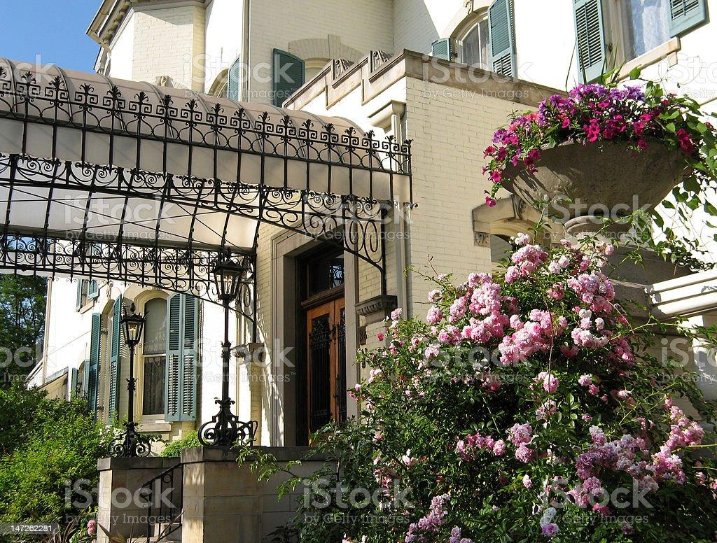 Entrée De Maison Avec Marche photo libre de droit de entrée de maison avec des fleurs