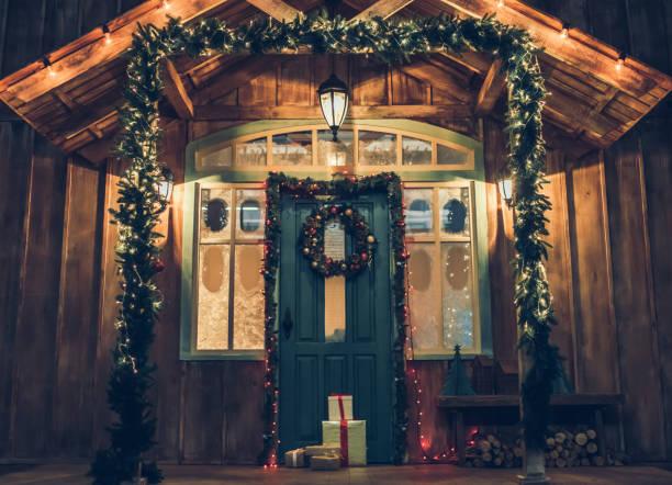 fassade des hauses vor weihnachten. - türdeko stock-fotos und bilder
