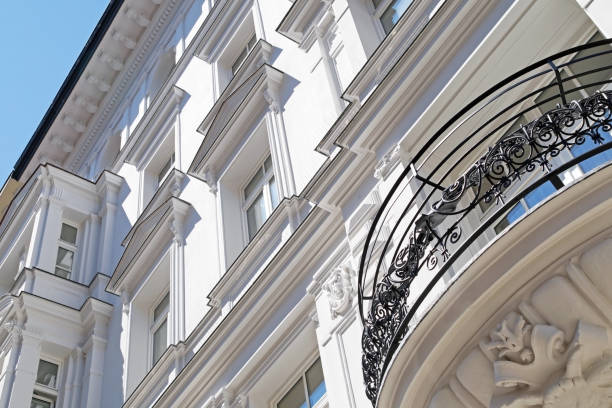 Hausfassade mit Einschlag und Balkon – Foto