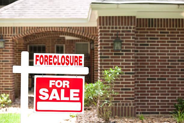 embargo hipotecario casa para venta signo en jardín de entrada. nadie. - embargo hipotecario fotografías e imágenes de stock