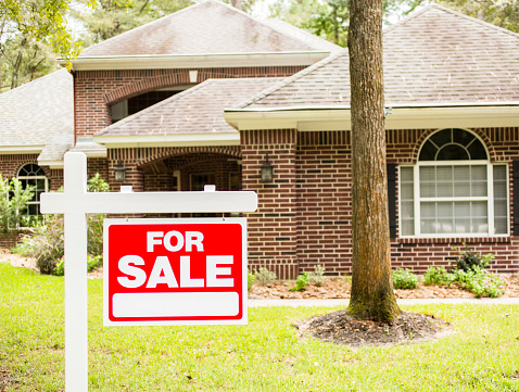 House For Sale Sign In Front Yard Stock Photo - Download Image Now - iStock