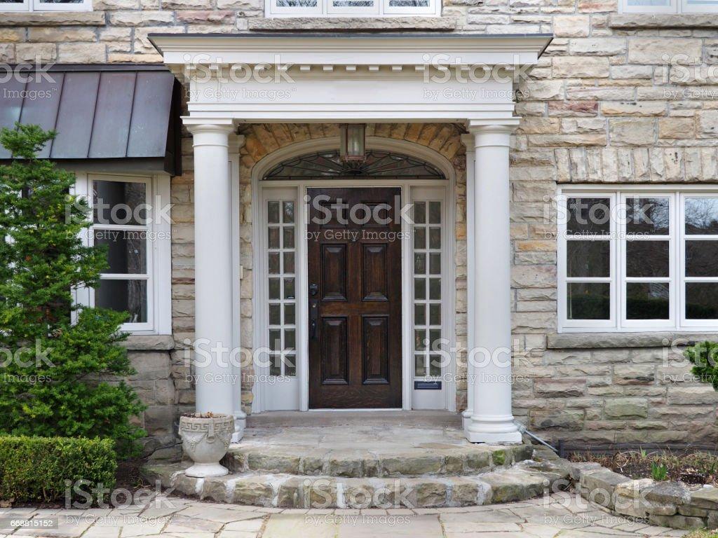 Entrée De Maison Avec Marche photo libre de droit de porte dentrée de maison avec entrée