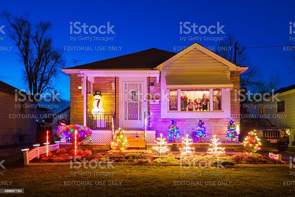 Cortile anteriore della casa arredata con luci di natale for Piani casa ontario