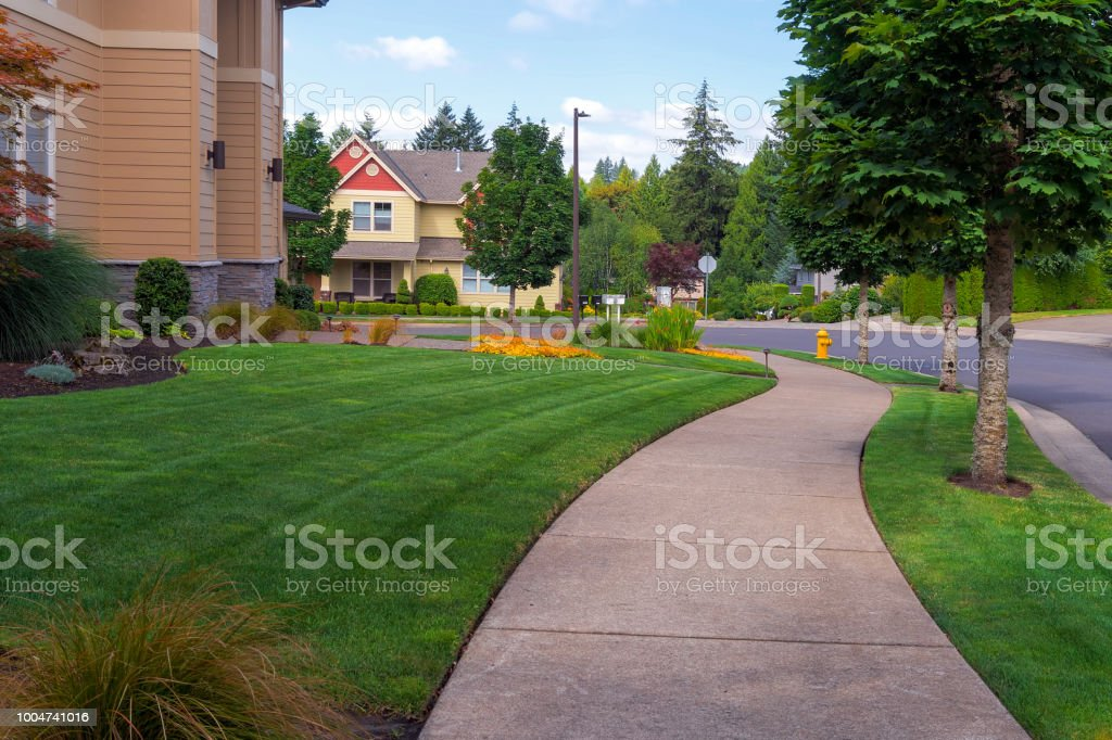 Haus Vorgarten und Parkstreifen frisch gemäht grünen Rasen in nordamerikanischen Vorort – Foto
