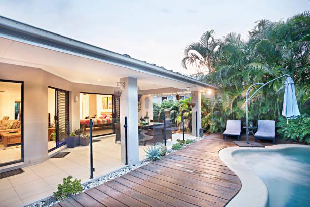 Hausgarten mit Schwimmbad und Pflanzen – Foto