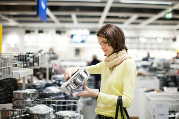 huis artikelen winkelen - pan keukengereedschap stockfoto's en -beelden