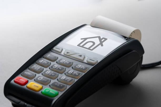 Haussymbol auf Kreditkartenautomat für Immobilienkonzept – Foto