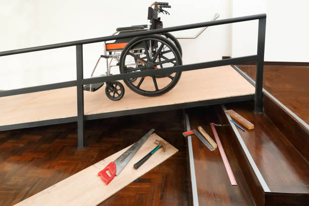 Haus Verbesserung, Installation Rollstuhlrampe für ältere Menschen und ältere Menschen im Haus – Foto