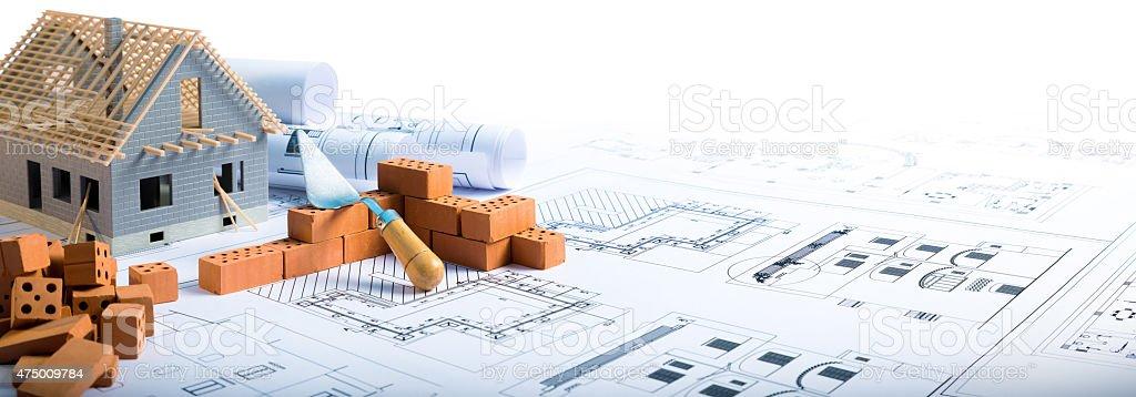 Haus im Bau-Projekt mit Ziegel und Technische Zeichnung – Foto