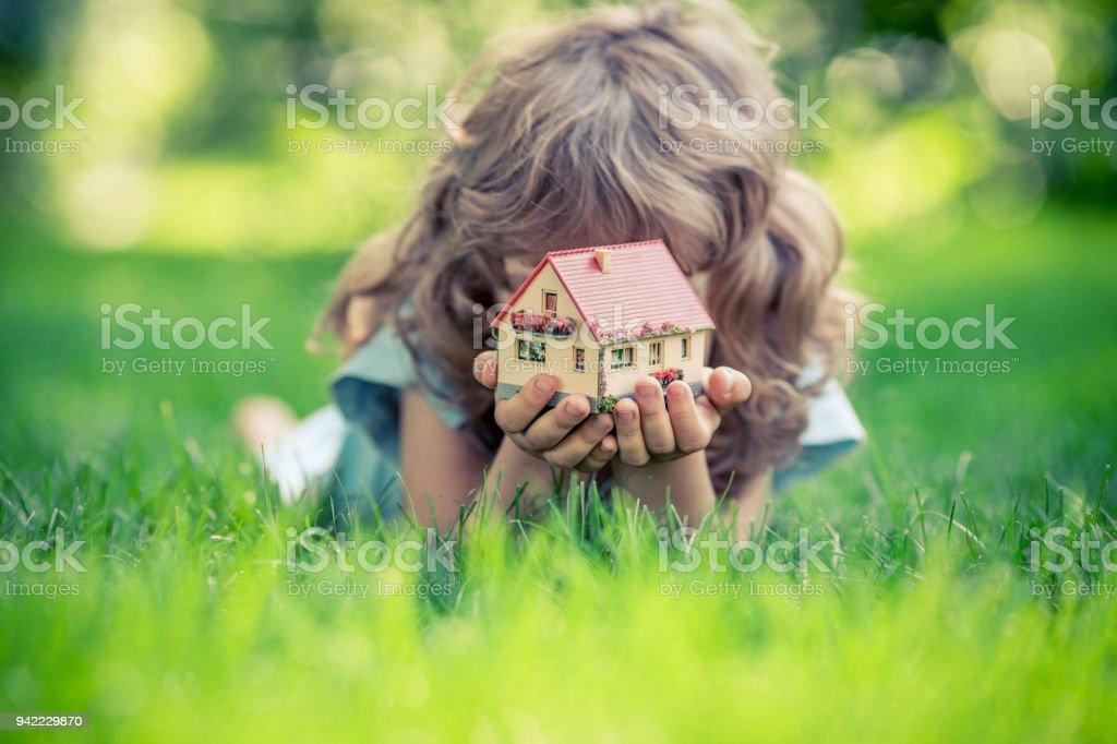 Haus in den Händen – Foto
