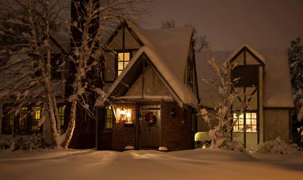 haus im schnee in der nacht - weihnachtlich beleuchtete häuser stock-fotos und bilder