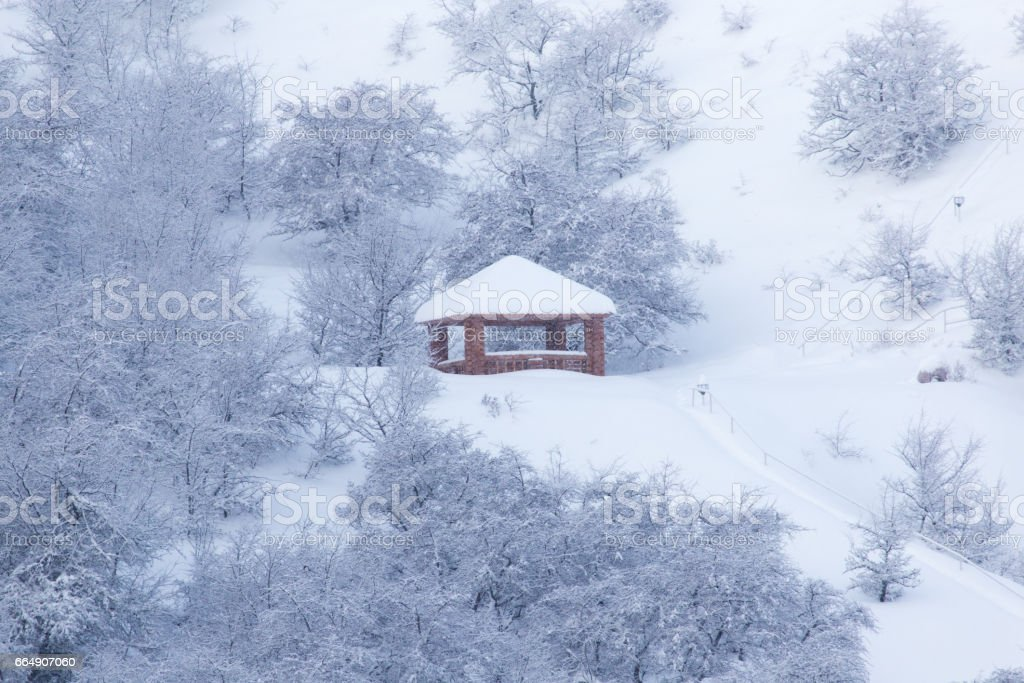 house in the mountains in winter foto stock royalty-free