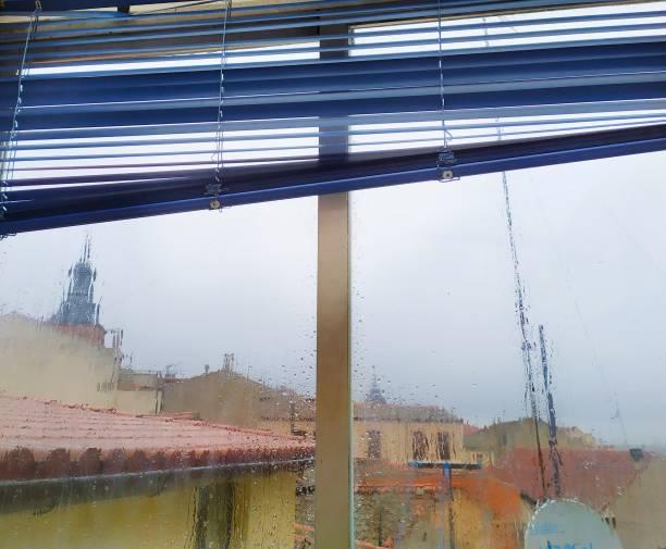Interior de la casa, ventanas. - foto de stock