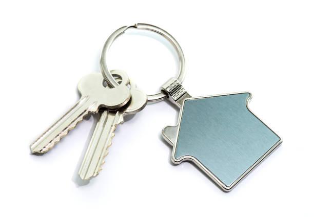 흰색 바탕에 집 키와 키 체인 - home 뉴스 사진 이미지
