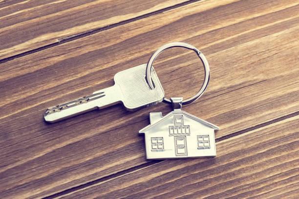집 키와 키 체인에 나무 테이블 - home 뉴스 사진 이미지