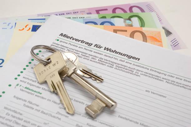 Hausschlüssel und Vermietung Vertrag für Apartment - in deutscher Sprache: Mietvertrag Für Wohnungen – Foto