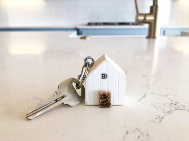 house keychain in küche - immobilienangebote stock-fotos und bilder