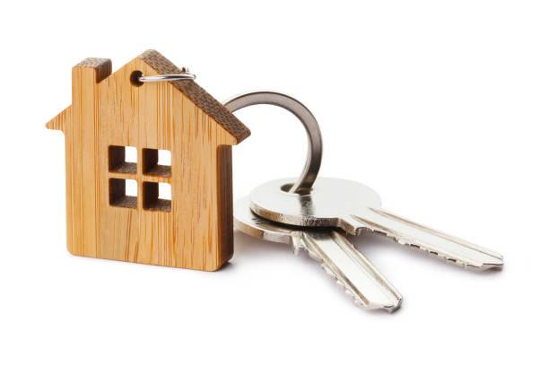 chaves da casa com keychain dado forma casa - chave - fotografias e filmes do acervo
