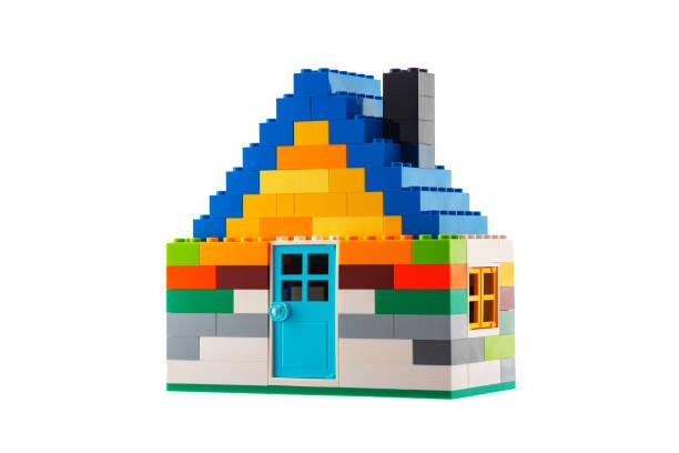 Haus aus klassischen Bausteinen, weißem Studiohintergrund – Foto