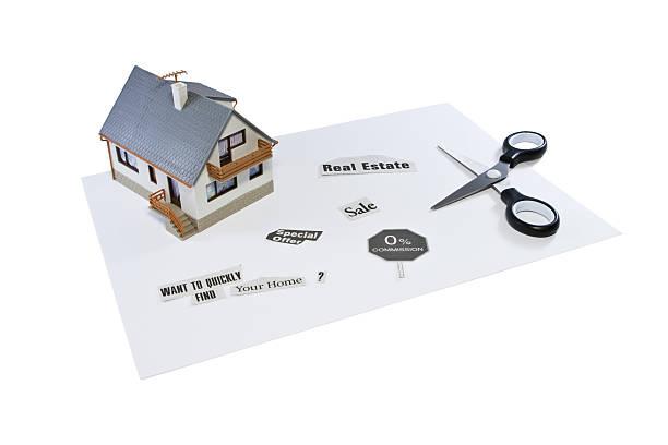 Haus-Modell, clippings und Schere auf einem Blatt Papier – Foto