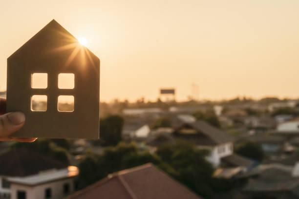 住宅保険ブローカーの手やセールスマンの人の家のモデル。不動産エージェントオファーハウス、不動産保険とセキュリティ、手頃な価格の住宅の概念 - アイコン プレゼント ストックフォトと画像