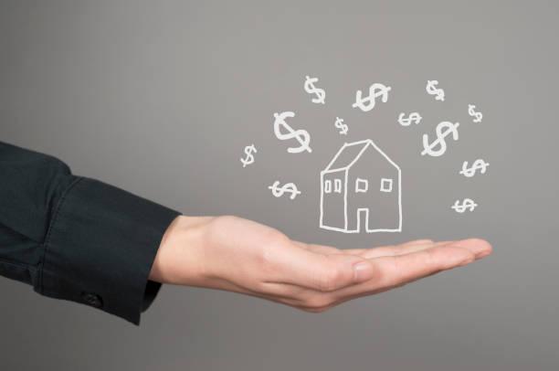 modèle de maison sur des mains humaines avec icône dollar - Photo