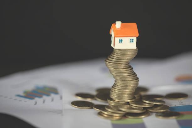 haus-modell auf stapel von geld als wachstum von hypothekarkrediten, konzept der hausverwaltung. invesment und risikomanagement. - mieterhöhung stock-fotos und bilder