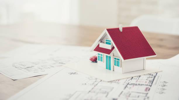 hausmodell mit blaupause probe für immobilienentwicklung - herrenhaus grundrisse stock-fotos und bilder