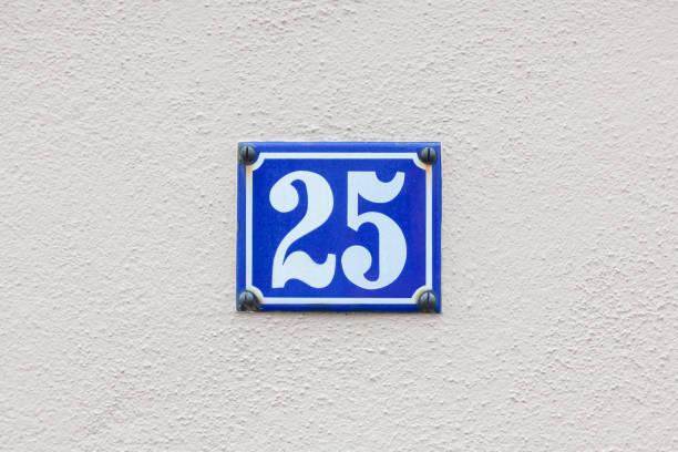 Hausnummer 25 an der Wand – Foto