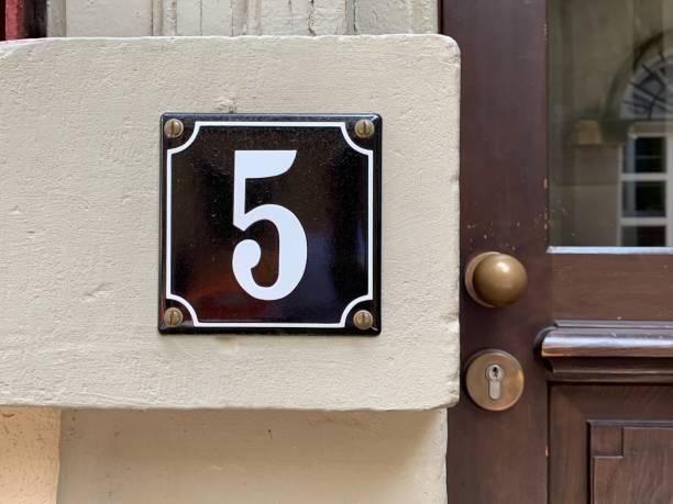 Hausnummer 5 aus nächster Nähe – Foto