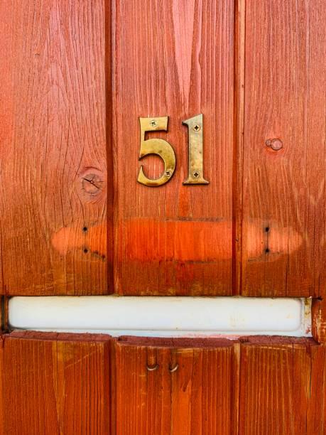 casa número 51 en una pared de madera - numero 51 fotografías e imágenes de stock