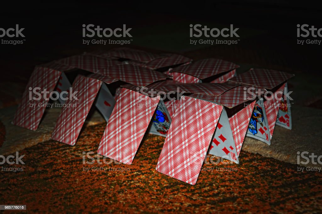 House of cards op de Blurred achtergrond. - Royalty-free Architectuur Stockfoto