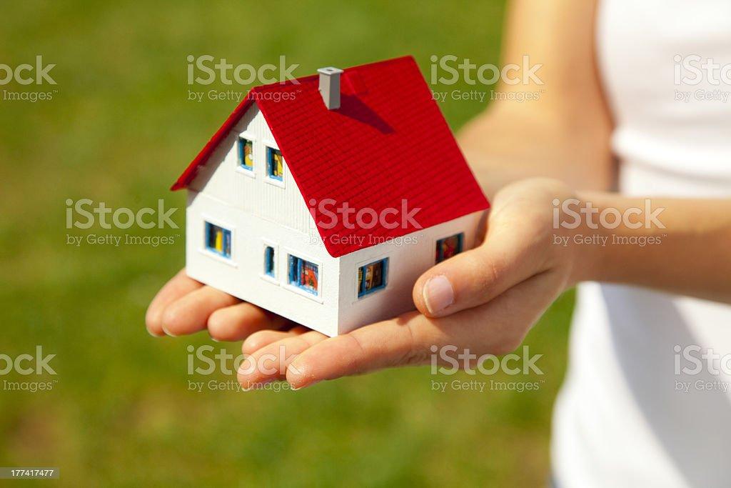 house of dreams, die durch ein womans hand – Foto