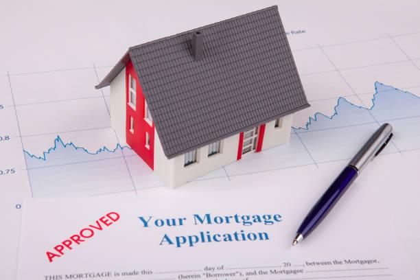 maison sur un graphe financière - emprunt immobilier photos et images de collection