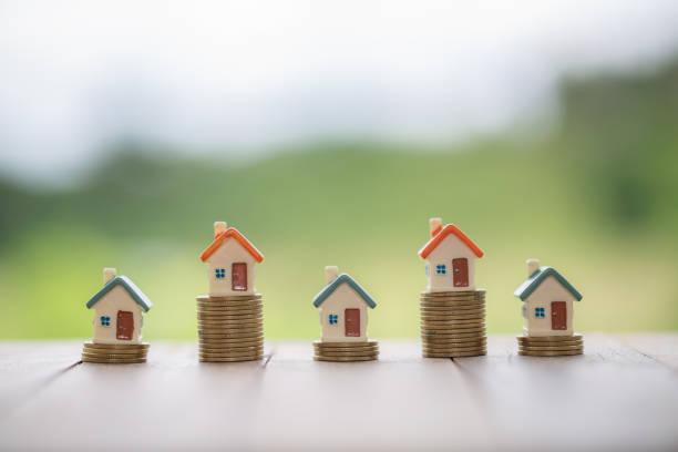 sikkeler emlak kavramı mortgages ve yatırımlar bir yığın üzerinde ev, para kazanmak veya gelecekteki bir ev için yatırım, bir ev seçimi, satın alma ve bir ev satan. bir metin giriş alanı vardır. - sale stok fotoğraflar ve resimler