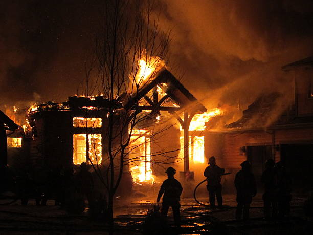 House on fire that the firemen are trying to extinguish​​​ foto