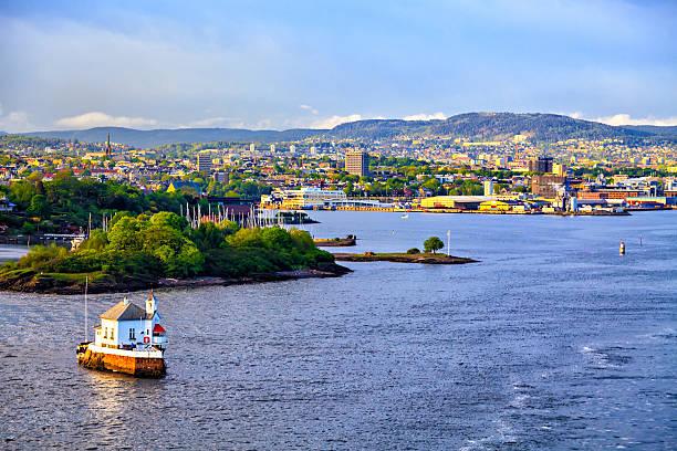 haus auf das wasser und oslo, der hauptstadt von norwegen - wasser sicherheitsausrüstung stock-fotos und bilder