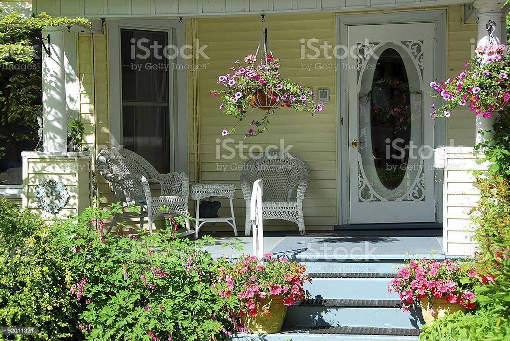 Le Porche De La Maison porche de la maison avec des fleurs – photos et plus d'images de